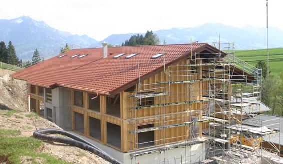 In PASSIVHAUS-Bauweise entstehen derzeit zwei Häuser mit 60 Wohnungen für die Mitarbeiter des Hotels Sonnenalp. Foto: Jensen media