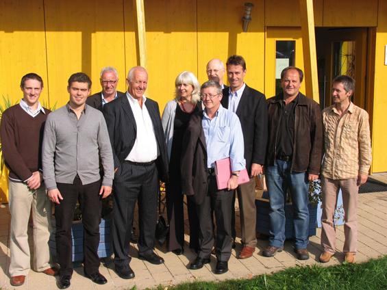 Dieter Herz (Zweiter von rechts) klärte eine Delegation aus England über das Thema energieeffizientes Bauen auf. Unter anderem stand die Besichtigung des neuen Solux-Firmengebäudes in Kempten auf dem Programm, bei der Solux-Geschäftsführer Josef Rist (Erster von rechts) viele Fragen beantworteten musste. Foto: jensen media