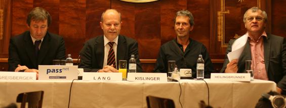 Pressekonferenz anlässlich der Tage des Passivhaues 2009 v.l.: Herbert Greisberger (Generalsekretär der ÖGUT), Günter Lang (GF der IG Passivhaus Österreich), Johannes Kislinger (Obmann der IG Passivhaus Ost), Gerhard Heilingbrunner (Präsident des Umweltdachverbandes)
